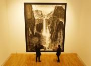 솔거미술관을 찾은 관람객이 박대성 화백의 작품 백두산에 몰두해 있다.
