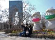 코로나19를 피해 경주엑스포공원에 방문한 관광객들이 마스크를 찾용한 마스코트 화랑과 원화 앞에서 사진촬영을 하며 즐거워 하고 있다.-2