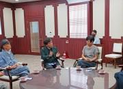 20일 경주엑스포를 방문한 서울옥션 이호재 회장(왼쪽 세번째)이 류희림 경주엑스포 사무총장(오른쪽 첫번째), 박대성 화백(왼쪽 두번째)과 협력을 논의하고 있다.