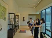 경주엑스포 솔거미술관을 방문한 관람객들이 작가의 방을 재현해 꾸며놓은 '미술관 속 아틀리에'를 보고 있다.-2