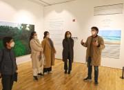 16일 솔거미술관에서 열린 '작가와의 대화'에서 남상헌 작가(좌측 네번째)가 자신의 작품을 참가자들에게 설명하고 있다.-1